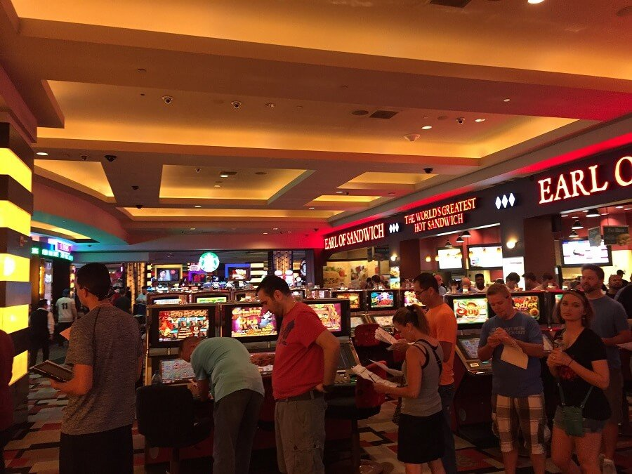 Drukte March Madness in het Planet Hollywood